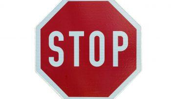 Stopp-Schild um Einwände kontern zu illustrieren
