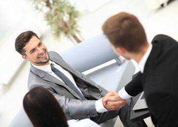 Verkaufsgespräch zwischen zwei Geschäftsmännern